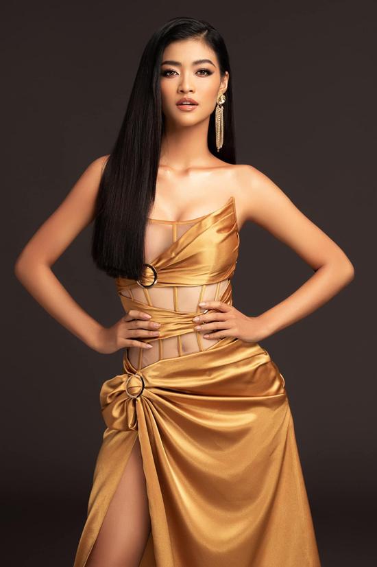 Bên cạnh cách thiết kế phần thân trên của váy dạ hội với vải lưới, gọng kẽm để định hình phần eo, Đỗ Long còn sử dụng kỹ thuật đính kết, quấn vải, xếp nếp để mang tới nét phong phú cho váy corset.
