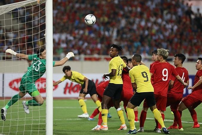 Tất cả cầu thủ Việt Nam đứng nhìn cầu thủ Malaysia đánh đầu, nhưng rất may Văn Lâm vẫn là chốt chặn đáng tin cậy.