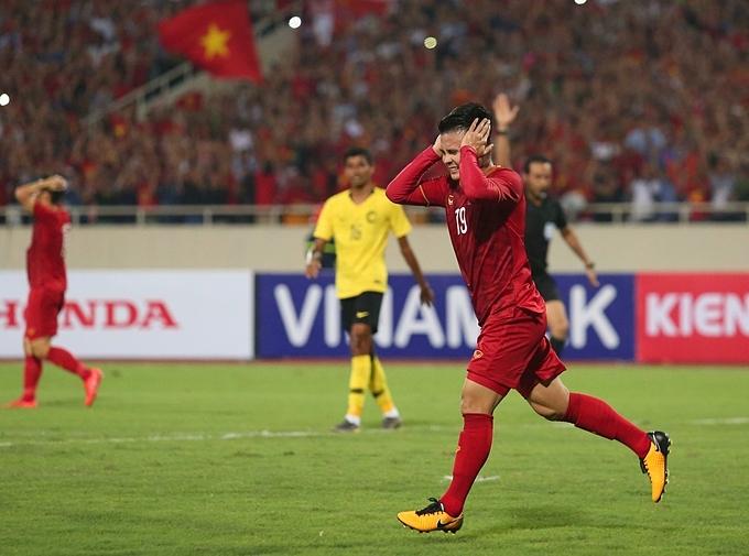 Trước đó vào giữa hiệp một, Quang Hải làm lưới của Malaysia rung lên nhưng anh đã rơi vào thế việt vị.