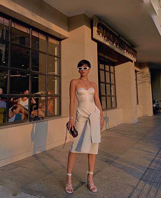 Bên cạnh dòng váy dạ hội cao cấp để tham dự thảm đỏ, xu hướng đầm corset còn được thể hiện lôi cuốn trên các dáng váy ngắn.
