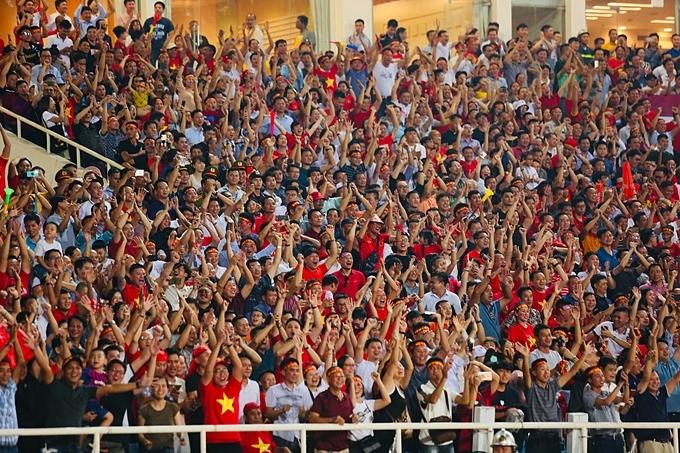 Các CĐV Việt Nam tại Mỹ Đình vỡ òa với bàn thắng đẹp mắtcủa Quang Hải. Từ người chuyền bóng - Quế Ngọc Hải đến người dứt điểm đều xử lý đẳng cấp.
