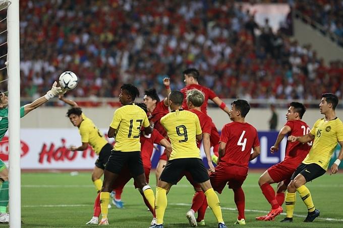 Tình huống diễn ra ở phút thứ 10. Malaysia thực hiện quả phạt góc được bóng đến góc gần để đánh đầu nguy hiểm. Thủ môn Đặng Văn Lâm phản xạ tốt, dùng đầu ngón tay cản phá.