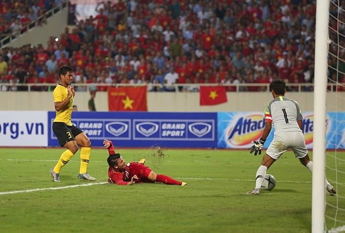 Bóng đi sệt nhưng rất căng, khiến thủ môn Malaysia không thể cản phá.