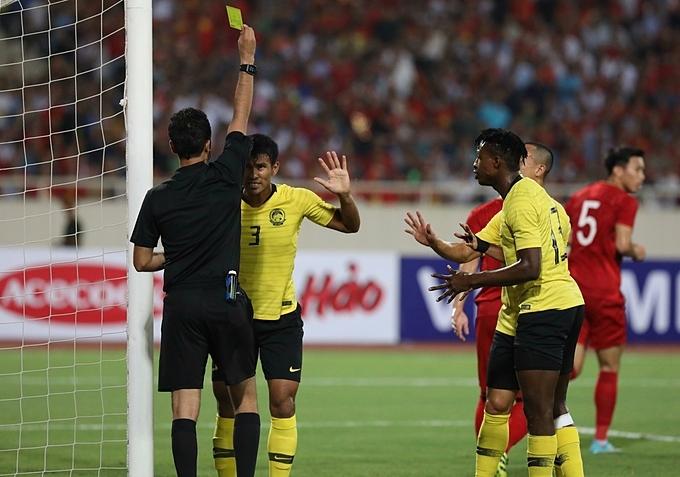 Tình huống dùng tay chơi bóng củaShahrul Saad không qua mắt được trọng tài người Iran. Ông rút thẻ vàng cảnh cáo cầu thủ Malaysia.