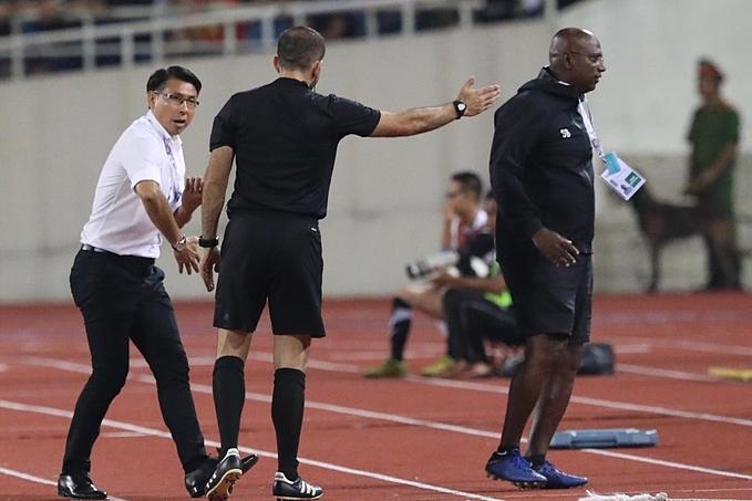 HLV Tan (áo trắng) và trợ lý tranh cãi với trọng tài thứ tư. Ảnh: Ngọc Thành.