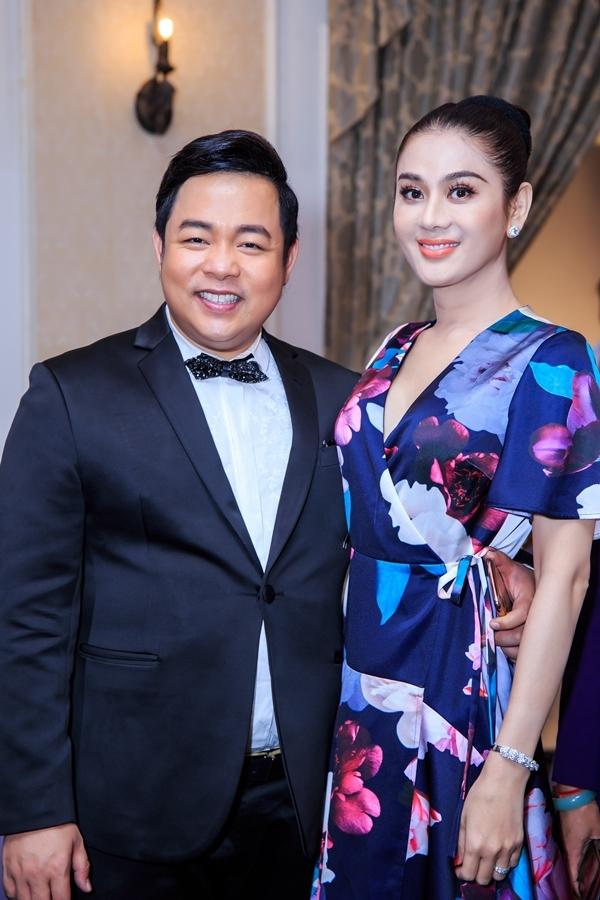 Ca sĩ Lâm Khánh Chi ăn vận giản dị, ôm eo Quang Lê chụp ảnh.