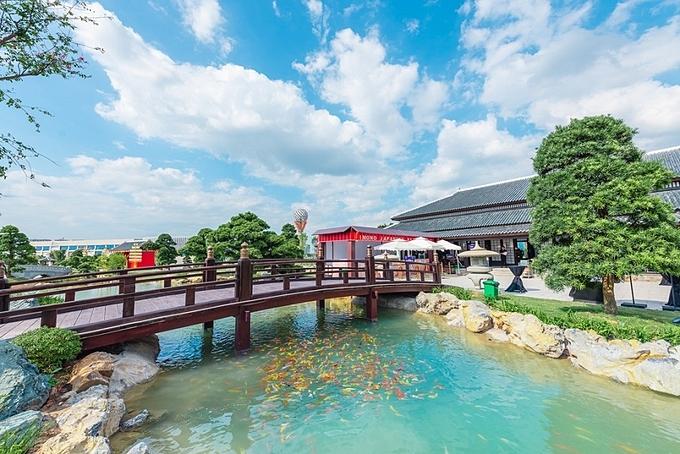 Vườn Nhật không chỉ ra mắt sôi nổi trong 8 ngày vừa qua mà sẽ trở thành chốn yên tĩnh, an lạc cho cư dân tương lai được tận hưởng hàng ngày. Với tổng diện tích lên tới 6 ha, nơi đây được tô điểm bởi những chi tiết ấn tượng như công viên đèn lồng kỷ lục với hơn 5.000 chiếc, vườn Tùng La Hán có giá trị hàng trăm tỷ đồng, núi giả được tạo hình và sắp xếp từ đá nguyên khối nhập khẩu từ Nhật... Đây cũng là nơi cư dân có thể thỏa sức trải nghiệm cùng các hoạt động đậm chất Nhật tại khu trò chơi ninja cổ truyền với các trò mê cung, phi tiêu, leo núi... hay thưởng thức món ăn tại nhà hàng Nhật.