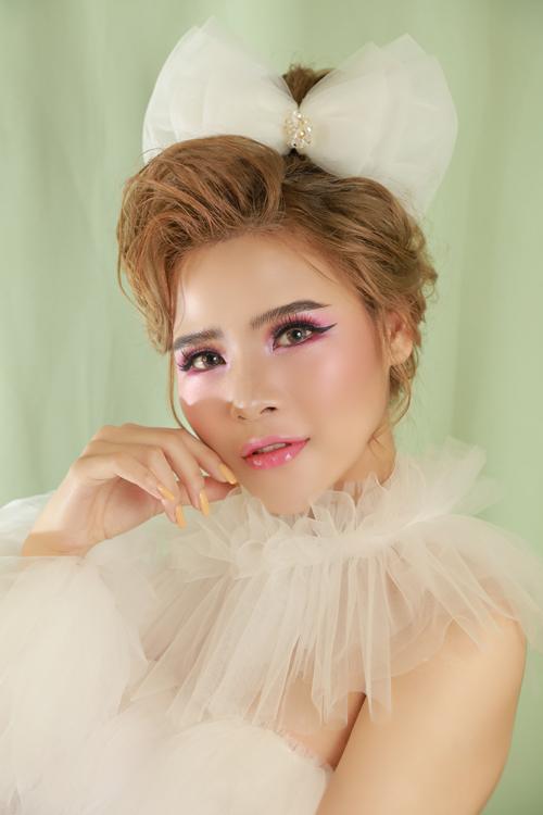 1. Trang điểm tông hồng babyGlass skin là chuẩn mực được phái đẹp Hàn Quốc hướng tới. Ý nghĩa của glass skin là làn da sạch, mịn, căng bóng như gương soi, không khuyết điểm, không lỗ chân lông. Bí quyết trang điểm glass skin là không ngừng cấp ẩm cho da. Ban đầu, bạn dùng toner làm sạch da. Sau đó dùng serum có chứa hyaluronic acid để cấp ẩm, tạo độ mướt cho da. Thoa kem dưỡng mắt để làm giảm bọng mắt, quầng thâm và dưỡng ẩm vùng da dưới mắt.