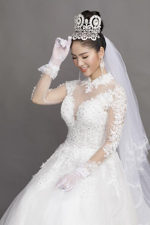 Điểm nhấn của gương mặt là đôi môi phủ son cam cháy, tạo sự rạng rỡ cho cô dâu. Chuyên gia trang điểm Hồ Khanh chọn lựa kiểu lông mày ngang, tán đều màu để gương mặt trở nên ưa nhìn hơn.