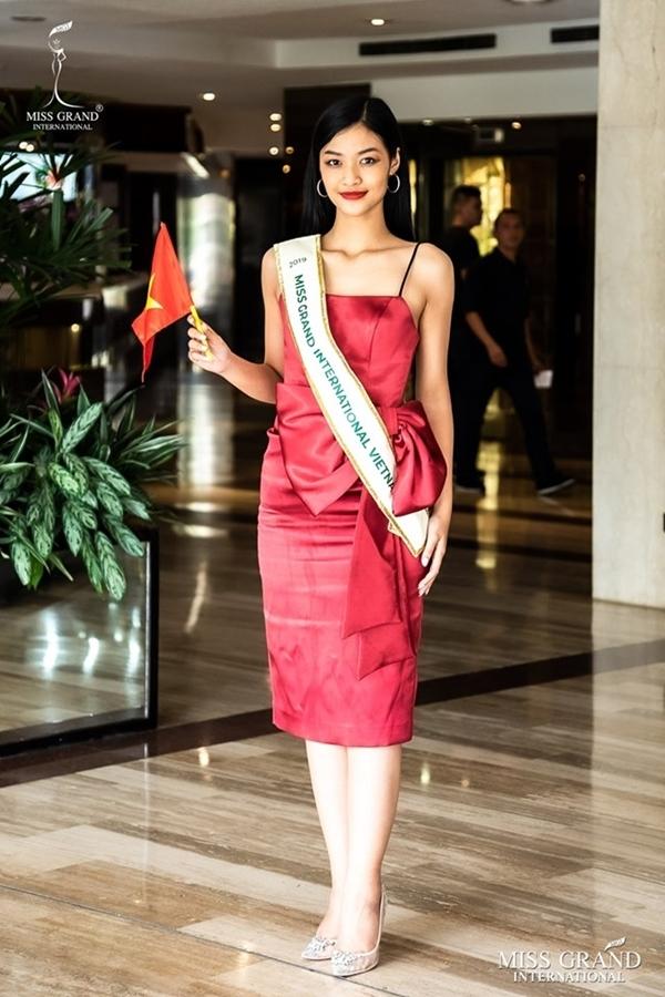 Sau hai chuyến bay và quá cảnh kéo dài 40 tiếng, Kiều Loan đến thủ đô Caracas, Venezuela. Xuất hiện ở sảnh khách sạn, đại diện Việt Nam chọn đầmcocktail màu đỏ nổi bật. Tuy nhiên, phần chân váy có những nếp nhắn khiến cô mất điểm về phong cách thời trang.