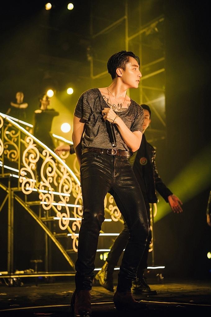 Nam ca sĩ còn có màn kết hợp với DJ Onionn trên sân khấu khi thể hiện ca khúc Chạy ngay đi. Chàng DJ Onionn cũng là người sản xuất ca khúc đạt hơn 100 triệu views này cho Sơn Tùng M-TP.
