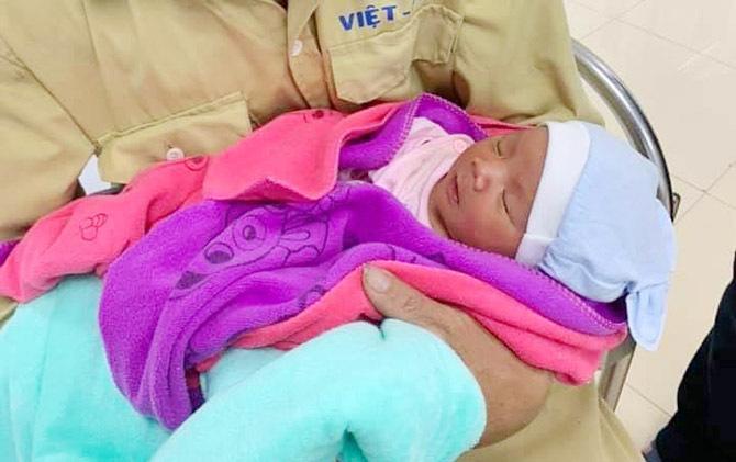 Cháu bé đang được chăm sóc ở bệnh viện. Ảnh:Nguyễn Nhi.