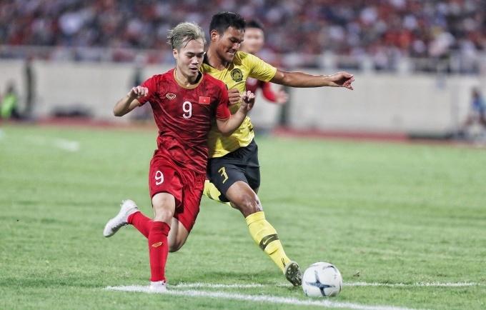 Văn Toàn khiến các hậu vệ Malaysia vất vả.