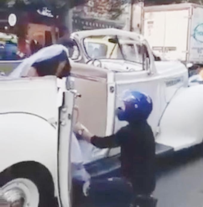Chàng trai đội mũ bảo hiểm quỳ gối giữa đường cầu xin bạn gái cũ dừng đám cưới ởthành phố Medellin, bang Antioquia, Colombia.
