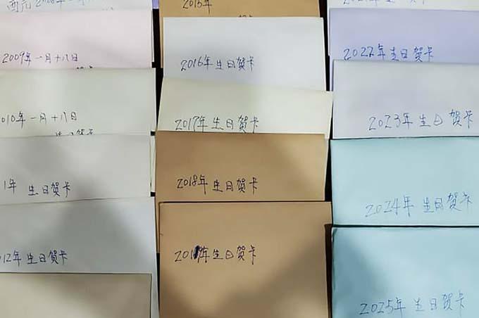 19 lá thư mừng sinh nhật của chồng quá cố được Chu xếp ngay ngắn và chụp ảnh đăng lênFacebook. Ảnh: AsiaWire.