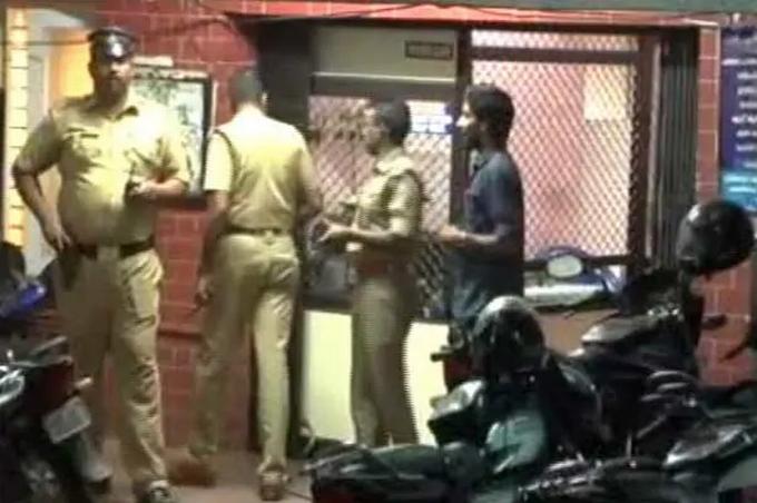 Cảnh sát có mặt tại nhà của Devika sau khi vụ việc xảy ra. Ảnh: NDTV.