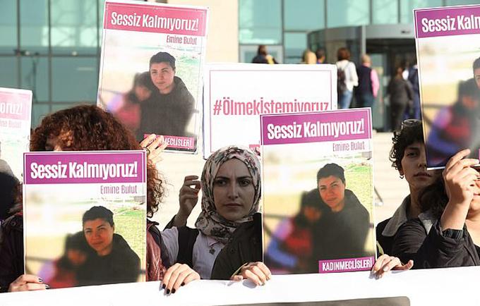 Biểu tình chống bạo lực nhân vụ án của Bulut tại Thổ Nhĩ Kỳ. Ảnh: AFP.