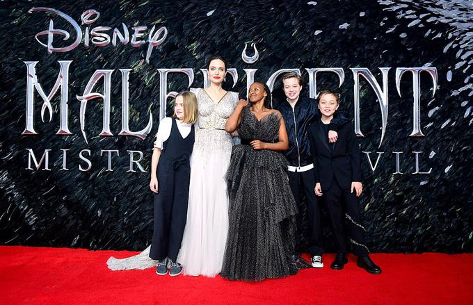 Cô đưa 4 người con tới dự buổi chiếu phim cùng.