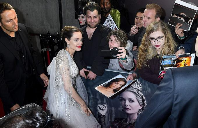Jolie nhiệt tình chụp ảnh với người hâm mộ xứ sương mù.