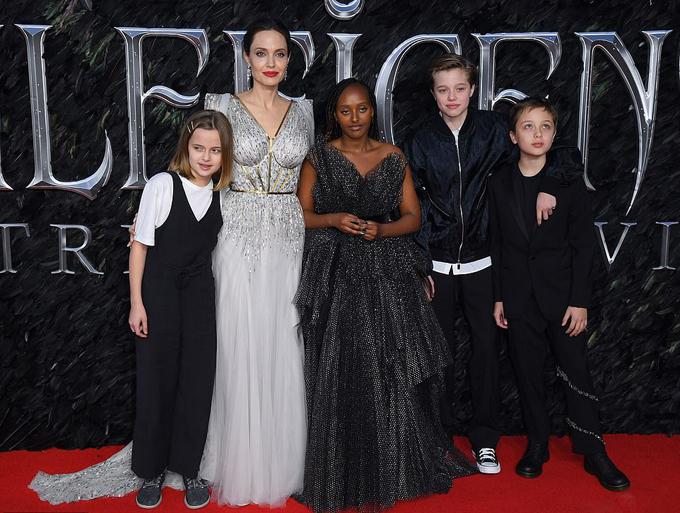 Các con Jolie đều đã lớn phổng phao, đặc biệt là cặp út song sinh 11 tuổi Knox và Vivienne (ngoài cùng bên trái và bên phải).