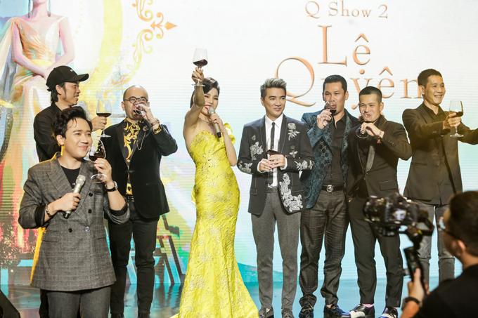 Đàm Vĩnh Hưng (thứ tư từ phải sang) lên sân khấu nâng ly cùng Lệ Quyên và êkíp thực hiện liveshow.
