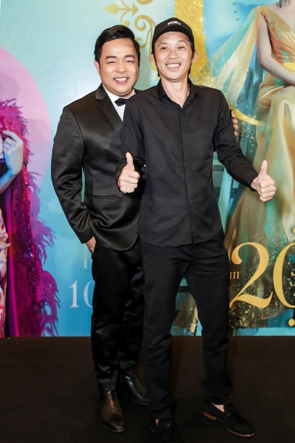 Ca sĩ Quang Lê (trái) có mặt từ sớm dự họp báo liveshow của Lệ Quyên. Danh hài Hoài Linh chỉ tới dự buổi tiệc và minishow sau đó.