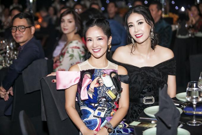 Hoa hậu Hà Kiều Anh (phải) ngồi chung bàn tiệc với diva Hồng Nhung. Cô Bống Hồng Nhung góp giọng một ca khúc nước ngoài trong buổi tiệc của Lệ Quyên.