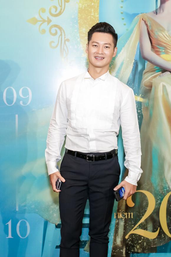 Ca sĩ Đức Tuấn là một trong những khách mời có mặt đầu tiên.