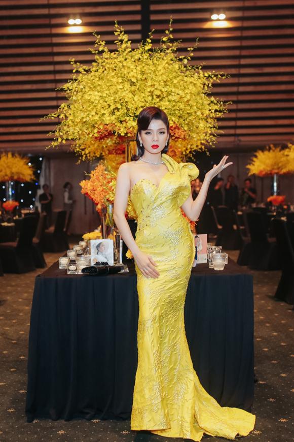 Lệ Quyên diện đầm vàng trong không gian được trang trí nhiều điểm nhấn màu vàng - tone màu chủ đạo của Q Show 2. Nữ ca sĩ cảm ơn các khách mời dành thời gian tới dự sự kiện và dành nhiều tình cảm cho cô.