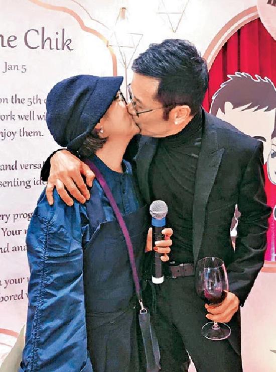 Vợ chồng Miêu Kiều Vỹ - Thích Mỹ Trân là cặp đôi hạnh phúc hiếm hoi của showbiz, cả hai kết hôn hơn 30 năm và rất mặn nồng. Trong sinh nhật gần đây của vợ, Kiều Vỹ dành cho vợ một nụ hồn mặn nồng, khiến quan khách, bạn bè không khỏi ngưỡng mộ.Thích Mỹ Trân được chọn là một trong năm nữ diễn viên xuất sắc TVB, từng đóng Lâm Xung, Tuyết sơn phi hồ, Tiếu ngạo giang hồ, Tình nghĩa vô giá... Miêu Kiều Vỹ là Hổ tướng TVB thời hoàng kim, từng đóng Anh hùng xạ điêu 1983, Giang hồ thập ác, Bích huyết kiếm, Tô Khất Nhi, Học cảnh hùng tâm... QQ đánh giá anh không giảm phong độ qua các tác phẩm gần đây như Sứ đồ hành giả, Thiên thần hộ mệnh...