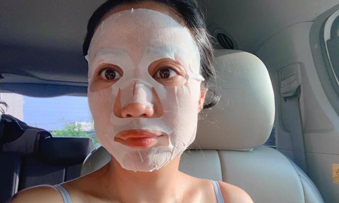 Ốc Thanh Vân tranh thủ đắp mặt nạ khi lái xe trên đường.