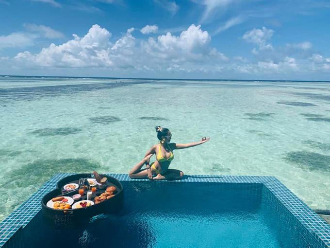 Nữ MC tập yoga bên bể bơi trong chuyến du lịch Maldives hồi tháng 6.