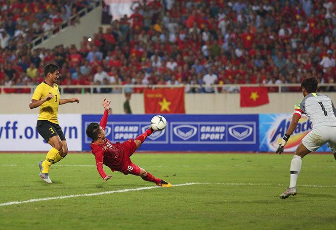 Cú vôlê của Quang Hải ở góc hẹp khiến thủ môn kỳ cựu Farizal bó tay.