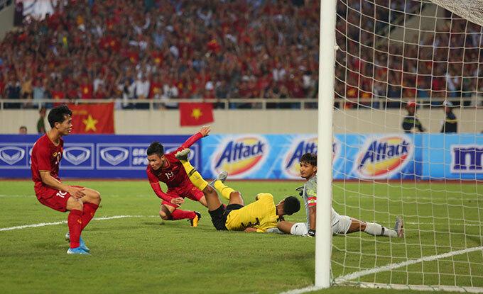 Trước đó, Quang Hải cũng một lần sút tung lưới Farizal nhưng bàn thắng không được công nhận do tiền vệ CLB Hà Nội việt vị.