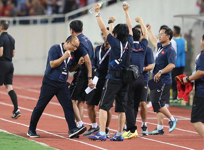 Thầy Park vẫn chưa hết vui, một mình bước vào trong khi các trợ lý đều ra sát đường biên mừng bàn thắng của Quang Hải.