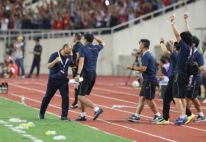 Các học trò của HLV Park thi đấu khá chặt chẽ trong hiệp một, đẩy cao thế trận ở cuối hiệp và được đền đáp bằng một bàn thắng.