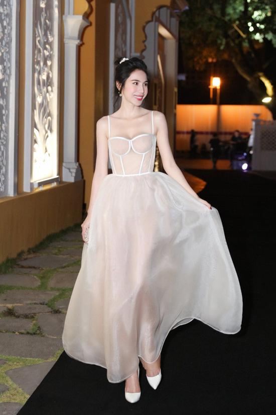 Mốt váy kết hợp giữa phần tùng xòe và thân trên là áo corset cũng được ca sĩ Thủy Tiên ưa chuộng.