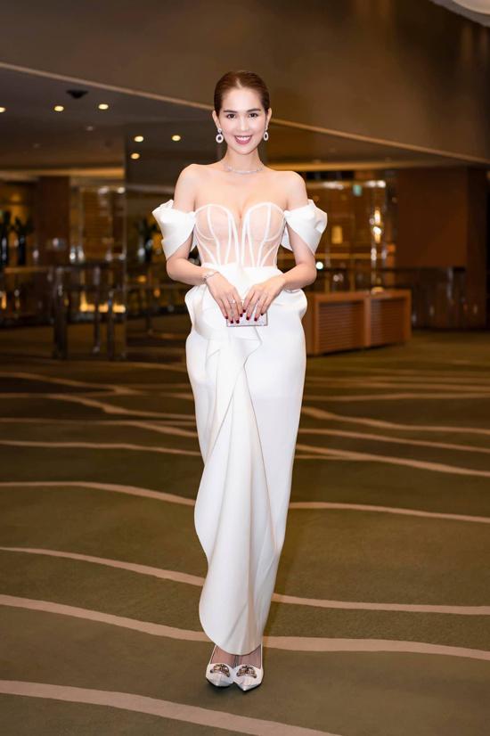 Bắt nhịp cùng trào lưu thịnh hành của xu hướng thời trang 2018/2019, nhà thiết kế Đỗ Long cũng trình làng các kiểu váy lấy cảm hứng từ áo corset. Ngọc Trinh khoe nét gợi cảm khi xuất hiện tại sự kiện vừa được tổ chức tại Hàn Quốc.