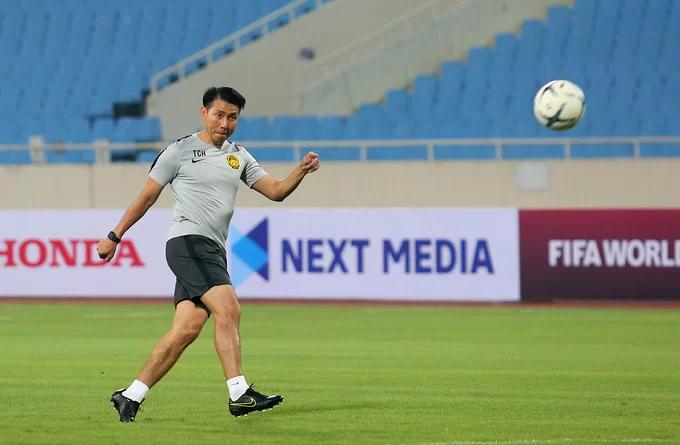 HLV Tan Cheng Hoe trong buổi tập trên sân Mỹ Đình tối 9/10. Ảnh: Đương Phạm.