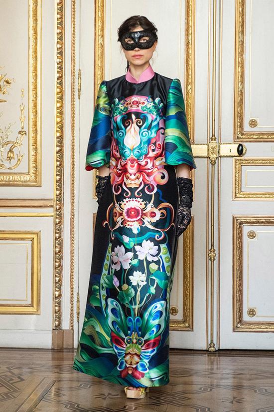 Một thiết kế áo dài cách điệu hoạ tiết độc đáo của Thuỷ Nguyễn vừa được ra mắt ở Paris.