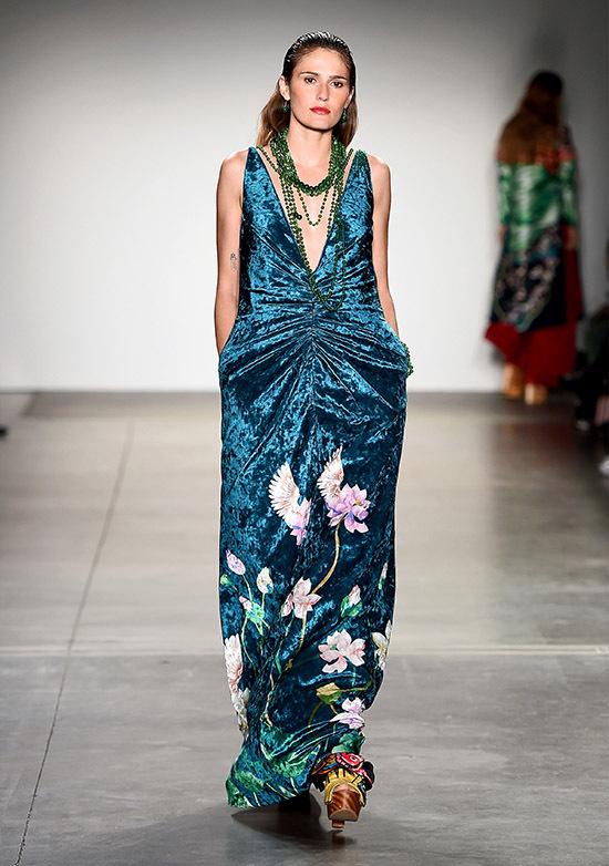 Phom dáng trang phục được chủ ý may rộng rãi, thoải mái, không bó sát để tạo cảm giác thoải mái cho người mặc.