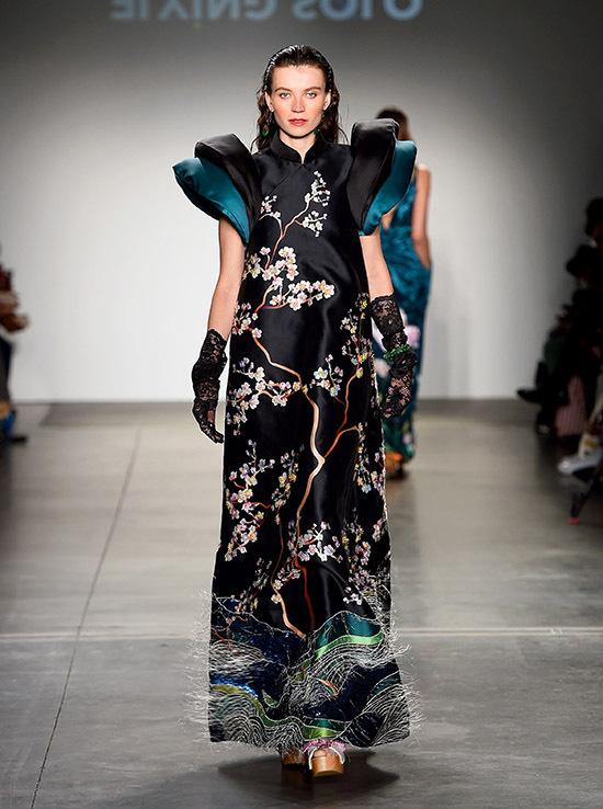 Các chất liệu như gấm, nhung, lụa kết hợpkỹ thuật thêu đính tỉ mỉ khiến trang phục đạt độ tinh tế, thẩm mỹ cao.