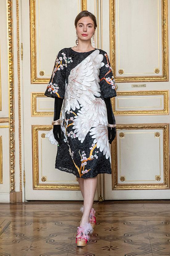 Nhà thiết kế mời dàn mẫu Tây giới thiệu những sản phẩm từ váy áo hiện đại đến áo dài truyền thống Việt Nam.