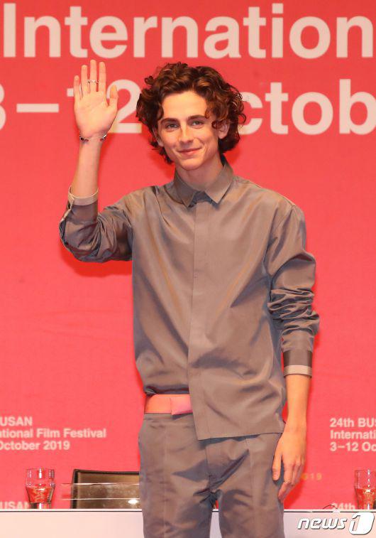 Timothee mặc trang phục đơn sắc nhưng vẫn không kém phần cuốn hút tại sự kiện khác ở Busan.