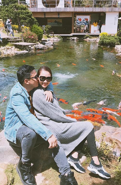 Yến Phương đăng tải ảnh tình tứ bên ông xã Lam Trường và tâm sự: Tuổi trẻ của em chẳng sợ gì. Chỉ sợ sự dịu dàng của anh.