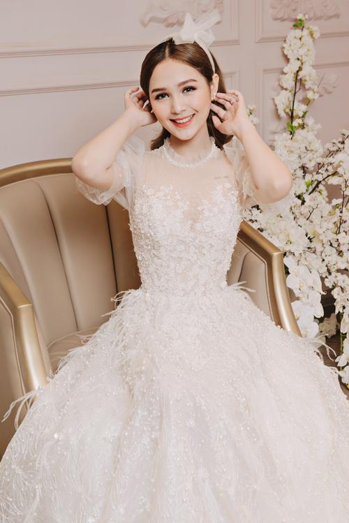 Lông vũ mà NTK dùng chính là lông đà điểu ngoại nhập, giúp cô dâu Phạm Trang đón đầu xu hướng mùa cưới 2019 - 2020. Váy được bán với giá 75 triệu đồng, giá thuê 30 triệu đồng.