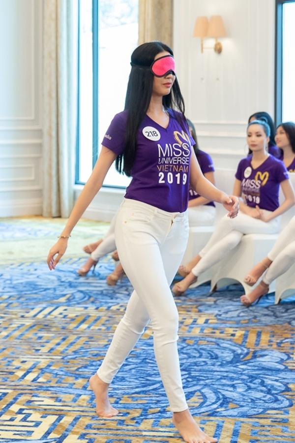 Ở thử thách bịt mắt catwalk, thí sinh Phạm Hồng Thúy Vân bước đi loạng choạng dù có nhiều kinh nghiệm trình diễn, thậm chí liên tục đi vào hàng ghế thí sinh ngồi.