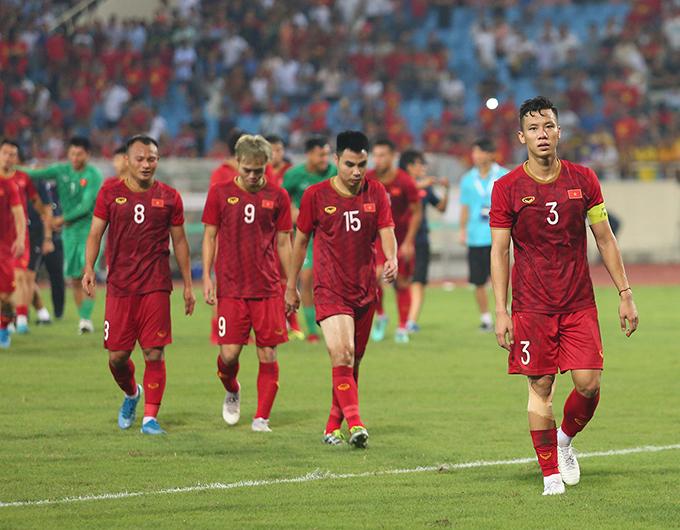Tối 10/10, tuyển Việt Nam giành chiến thắng 1-0 trước Malaysia ở lượt trận thứ hai vòng loại World Cup 2022. Sau khi trận đấu kết thúc, đội trưởng Quế Ngọc Hải cùng các đồng đội đi quanh sân để chia vui và cảm ơn người hâm mộ.