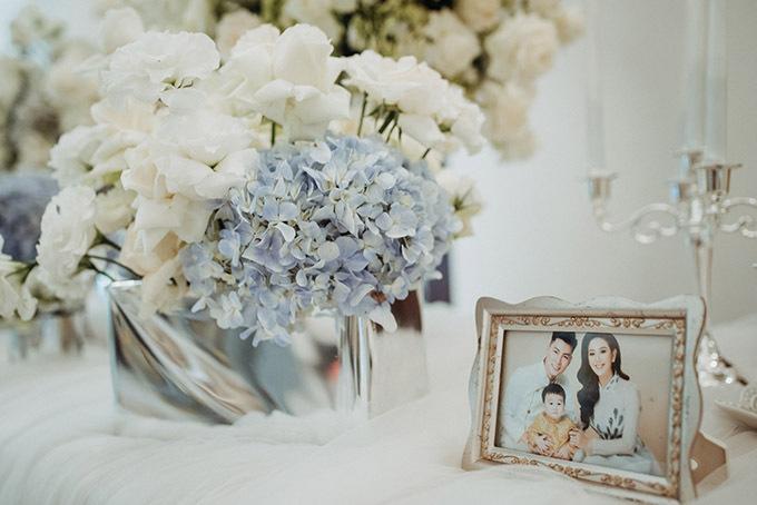 Lâm Khánh Chi rất thích hoa cẩm tú cầu. Thôi nôi bé Thiên Long được trang trí bằng hàng nghìn đoá hoa này, xen kẽ hoa hồng trắng.