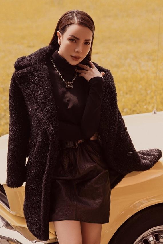 Giọng ca ghi điểm phong cách với áo cổ lọ phối cùng chân váy dáng chữ A từ chất liệu da.